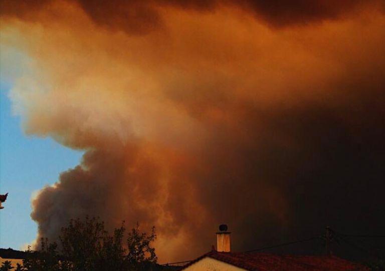 Δραματικό το πύρινο μέτωπο στην Εύβοια – περιτρυγισμένος από φλόγες ο οικισμός Μακρύμαλλη | tovima.gr