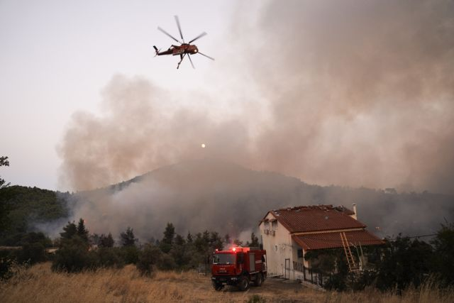 Wildfire continues to rage in Evia, smoke reaches Athens | tovima.gr