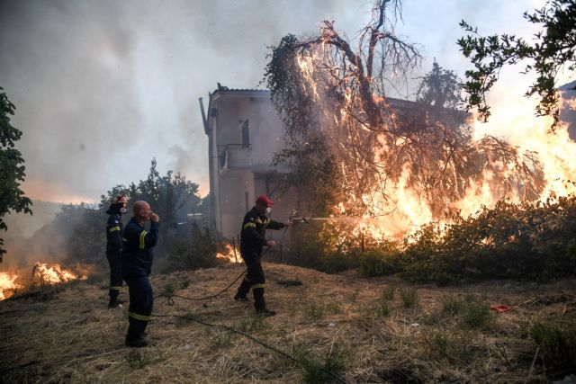Εκτός ελέγχου η φωτιά στην Εύβοια- Οι φλόγες έφτασαν στις αυλές των σπιτιών σε Μακρυμάλλη – Κοντοδεσπότι | tovima.gr