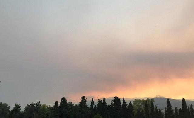 Αποπνικτική η ατμόσφαιρα στην Αττική – Οσμή καμένου από τη φωτιά στην Εύβοια | tovima.gr