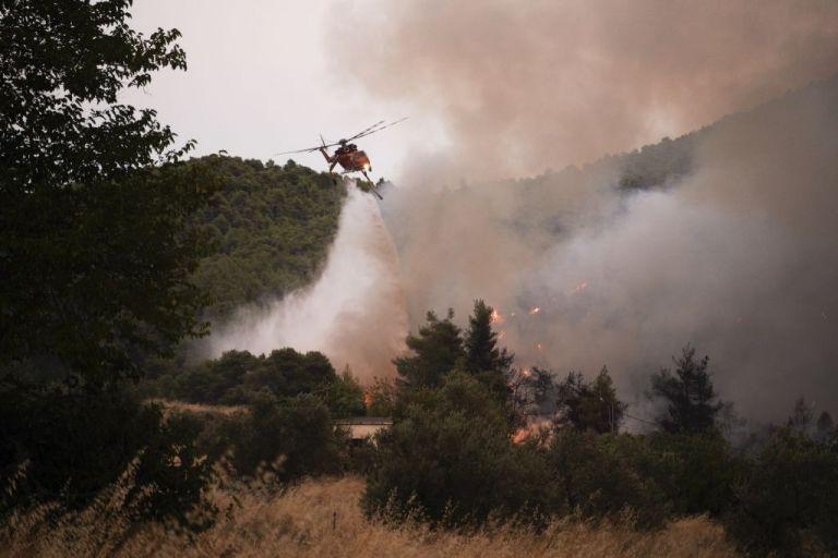 Φωτιά στην Εύβοια: Τιτάνια ολονύχτια μάχη για να μην επεκταθεί το μέτωπο – Με το πρώτο φως ξεκίνησαν και οι ρίψεις  νερού από αέρος | tovima.gr