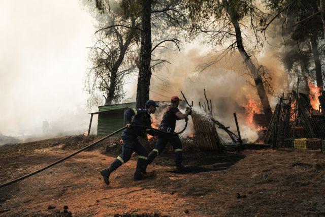 Φωτιά στην Εύβοια: Πιλότοι και πυροσβέστες στη μάχη κατά των αναζωπυρώσεων | tovima.gr