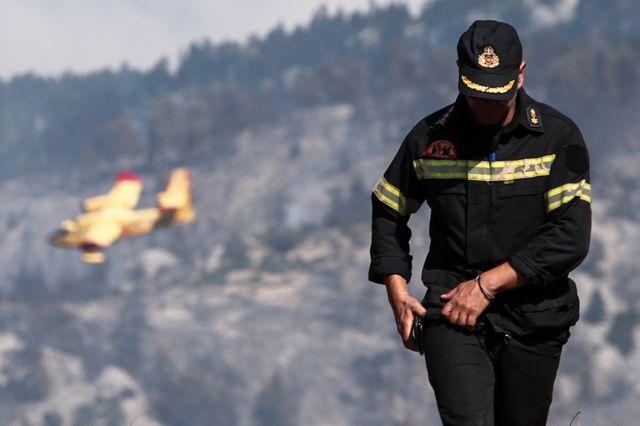 Εύβοια: Μαίνεται η πυρκαγιά στη χαράδρα κοντά στην Πλατάνα | tovima.gr