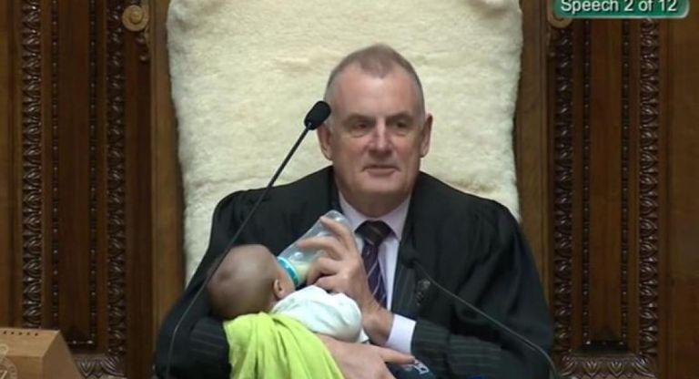 Νέα Ζηλανδία: Σε ρόλο… babysitter ο πρόεδρος της Βουλής | tovima.gr