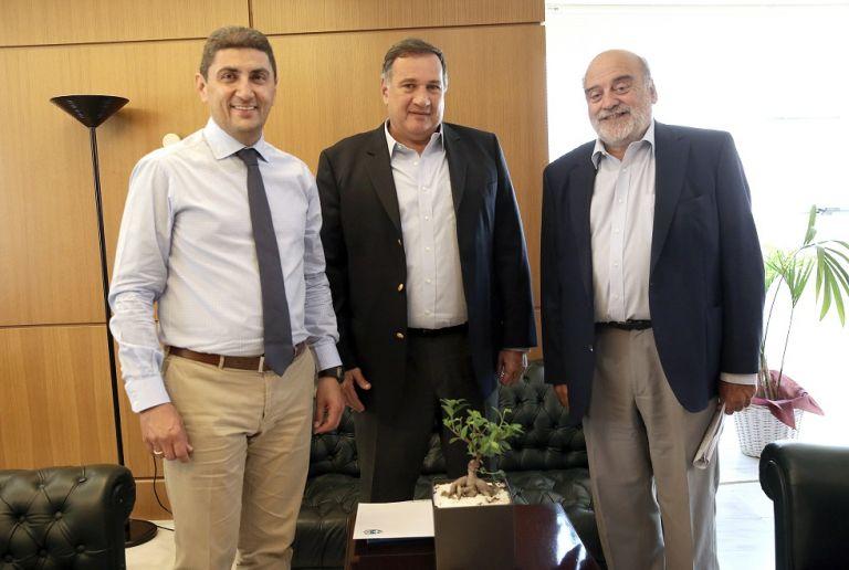 Συνάντηση Αυγενάκη με το προεδρείο της ΕΟΕ | tovima.gr