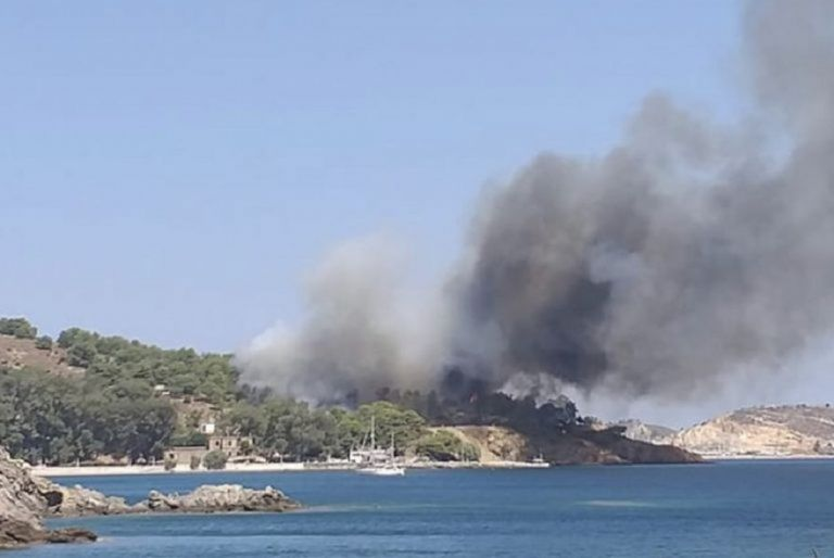 Λέρος – πυρκαγιά: Απομακρύνθηκαν λουόμενοι – Προληπτική εκκένωση νοσοκομείου | tovima.gr