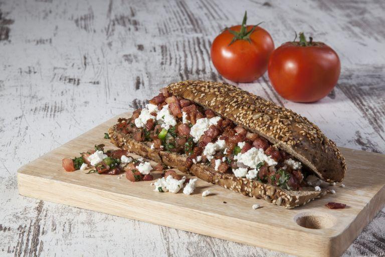 Σάντουιτς με φέτα και τραγανιστή πανσέτα | tovima.gr