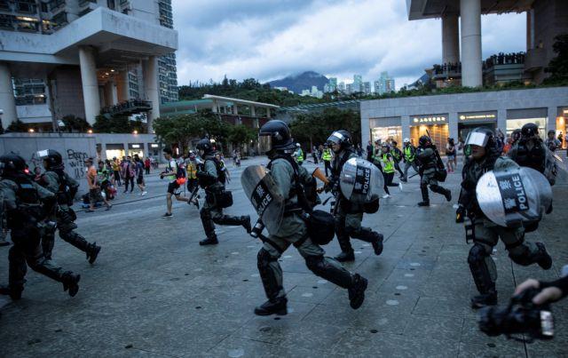 Χονγκ Κονγκ: Κλιμακώνονται οι διαδηλώσεις – Άγρια επίθεση της αστυνομίας στους διαδηλωτές | tovima.gr