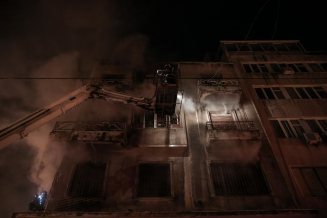 Φωτιά σε διαμέρισμα: «Έπνιξαν» την Αθήνα οι καπνοί | tovima.gr