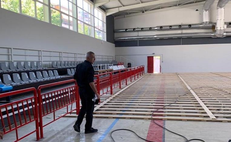 Αυτοψία Μώραλη σε δύο κλειστά γήπεδα του δήμου Πειραιά | tovima.gr