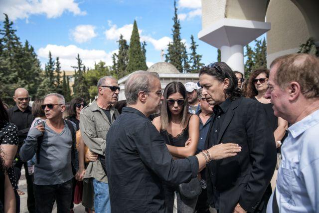 Λαυρέντης Μαχαιρίτσας: Συγκίνηση στην κηδεία του μεγάλου τραγουδοποιού | tovima.gr