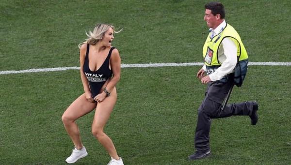 Η καλλονή του Champions League ξαναχτύπησε: Mοιράζει το εσώρουχό της σε περαστικούς | tovima.gr