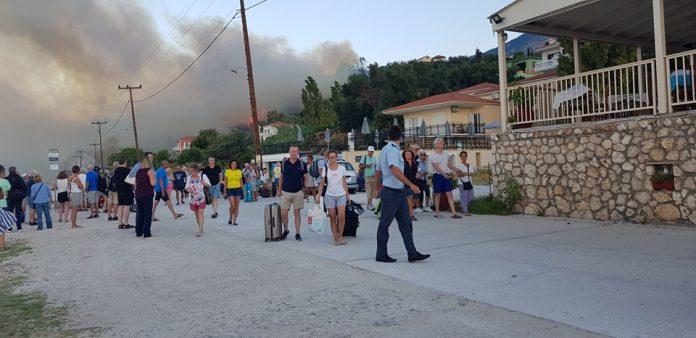 Φωτιά στην Κεφαλονιά : Εκκενώθηκαν ξενοδοχεία – Καλύτερη η εικόνα στο Λουτράκι | tovima.gr