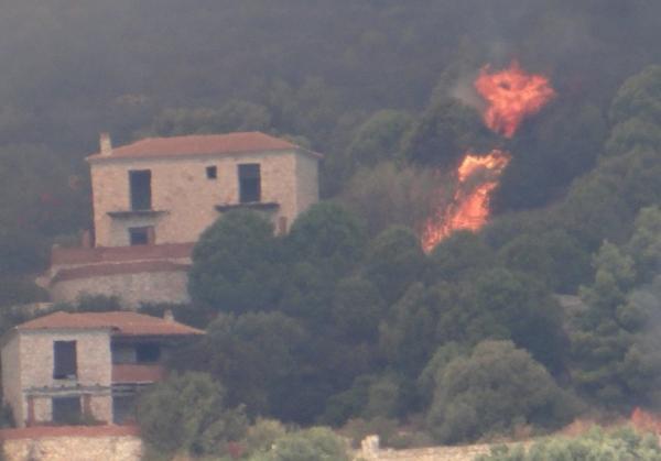 Φωτιά στη Ζάκυνθο : Σε Αγαλά και Κερί έφτασαν οι φλόγες – Εκκενώνονται σπίτια | tovima.gr