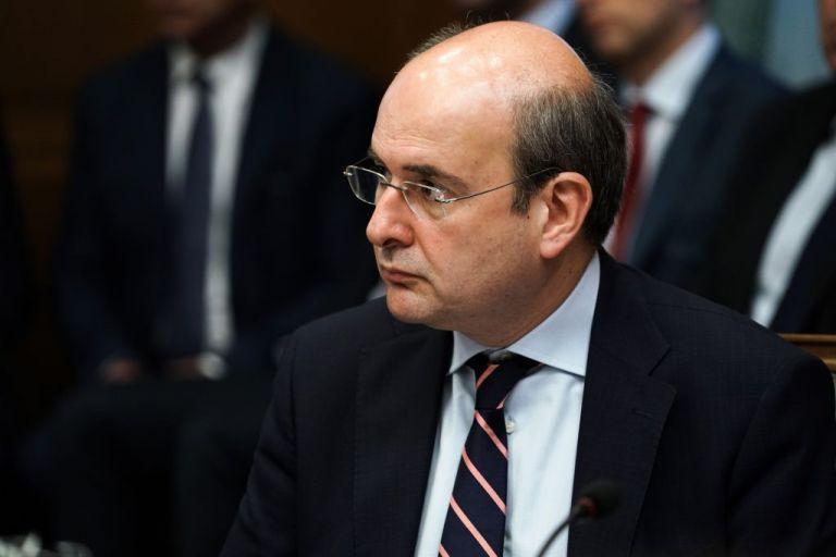 Χατζηδάκης: Η κυβέρνηση θα εξοφλήσει τη ΔΕΗ για τα ευπαθή τιμολόγια – Τέλος οι ΝΟΜΕ | tovima.gr