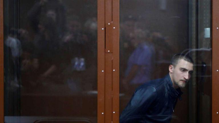 «Είμαι ο Πάβελ Ουστίνοφ» – Ρώσοι καλλιτέχνες στο πλευρό του φυλακισμένου ηθοποιού | tovima.gr