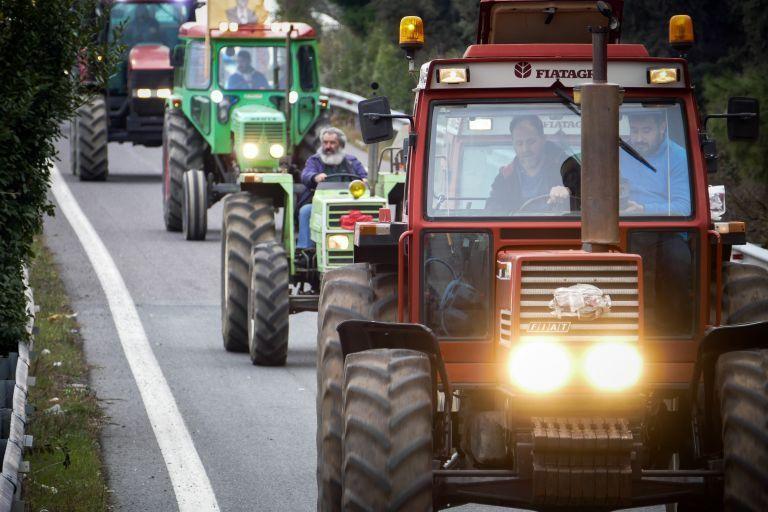 Οι αγρότες κατέβασαν τα τρακτέρ στους δρόμους – Διαμαρτυρία για τις τιμές του βαμβακιού | tovima.gr