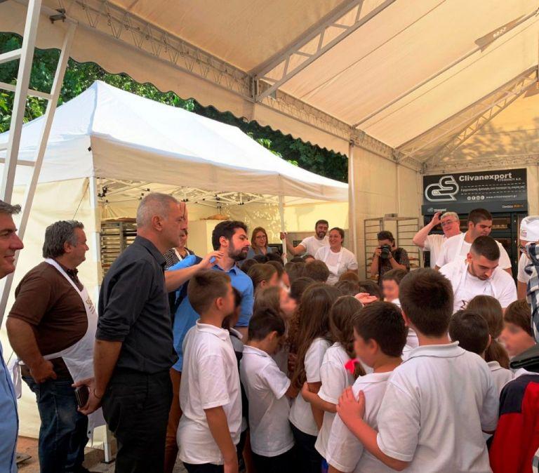 Στη Γιορτή Ψωμιού μαζί με μαθητές σχολείων ο Γιάννης Μώραλης | tovima.gr