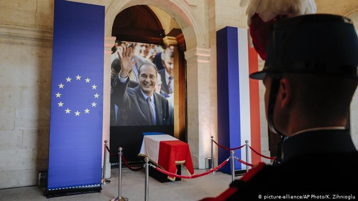 Οι Γάλλοι αποχαιρετούν τον Ζακ Σιράκ   tovima.gr
