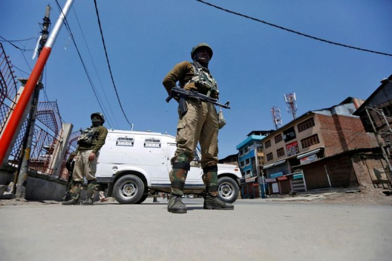 Ινδικό Κασμίρ : Tραυματισμό αμάχων από επίθεση με βομβίδα | tovima.gr