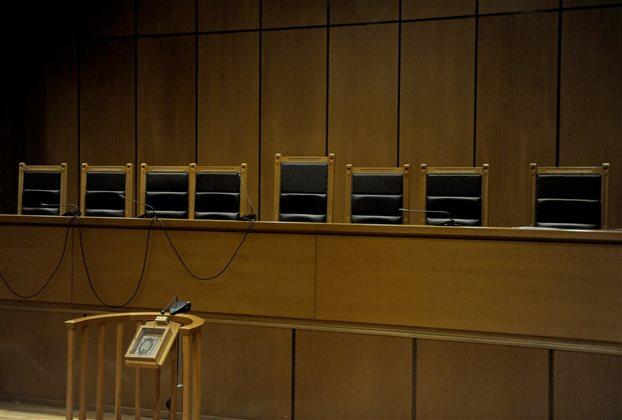 Βιασμός 19χρονης με αναπηρία στη Ρόδο – Στο εδώλιο οι δύο κατηγορούμενοι – Η οργή του πατέρα | tovima.gr
