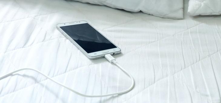 Κινητό τηλέφωνο : Οι τέσσερις λόγοι για να μην το φορτίζετε όταν κοιμάστε | tovima.gr