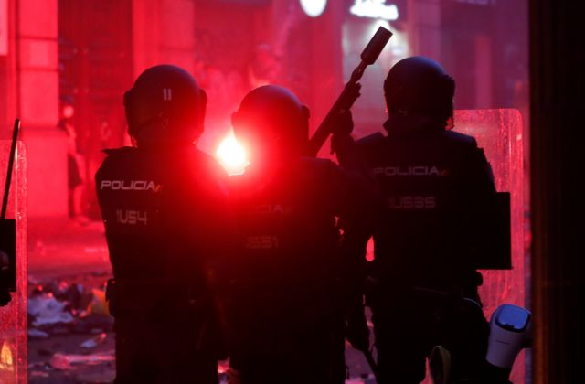 Βαρκελώνη : Βίαιες συγκρούσεις –  Αναπτύσσεται η πολιτοφυλακή στα περίχωρα | tovima.gr