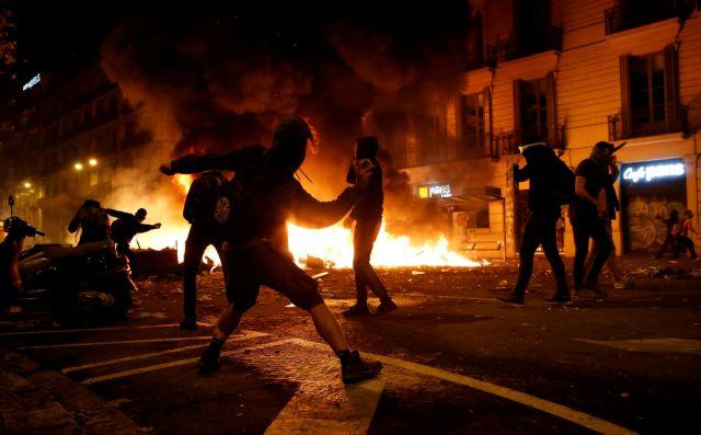 Η Βαρκελώνη φλέγεται : Μάχες μεταξύ αυτονομιστών και αστυνομικών   tovima.gr