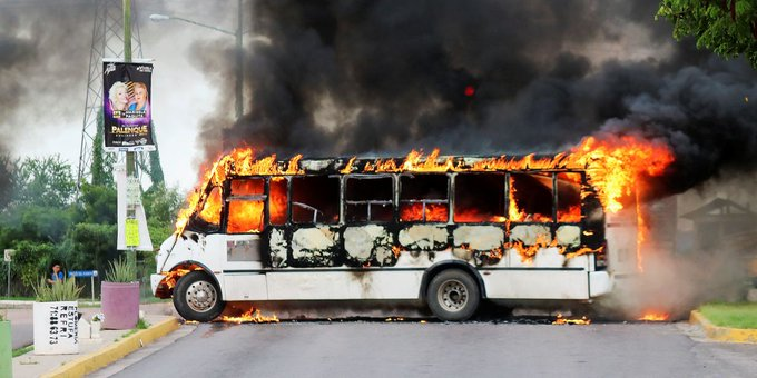 Ελ Τσάπο : Στις φλόγες η πόλη του βαρώνου ναρκωτικών μετά τη σύλληψη του γιου του   tovima.gr
