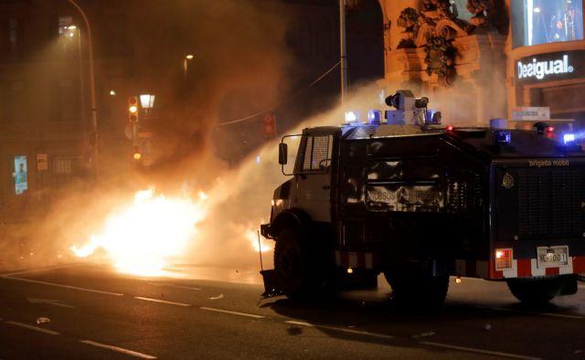 Βαρκελώνη : Μετά τον… πόλεμο αυτονομιστών κι αστυνομικών οι διαβουλεύσεις   tovima.gr