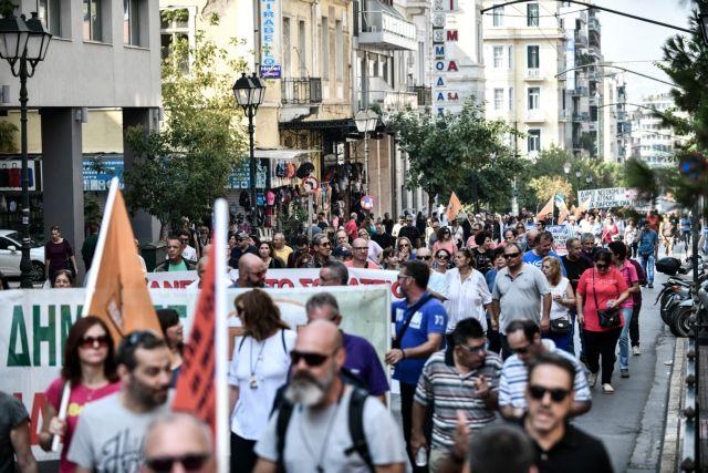 Πορεία της ΠΟΕ-ΟΤΑ στο κέντρο της Αθήνας – Πέταξαν σκουπίδια στην είσοδο του ΥΠΕΣ   tovima.gr