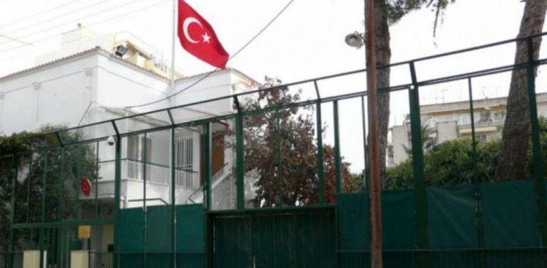 Θεσσαλονίκη : Επιτέθηκαν στα ΜΑΤ που φρουρούν το τουρκικό προξενείο | tovima.gr