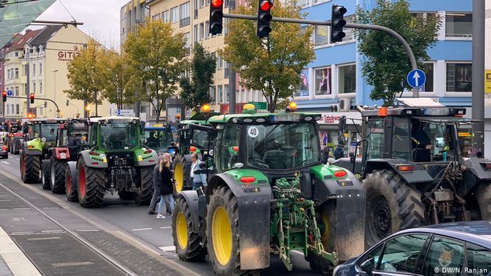Χιλιάδες αγρότες με τα τρακτέρ στους δρόμους | tovima.gr