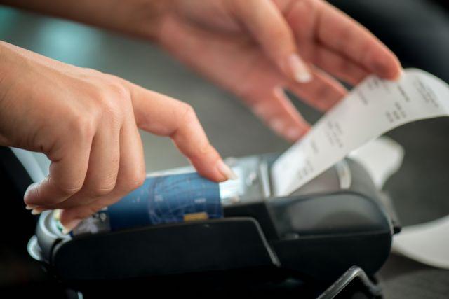 ΥΠΟΙΚ: Υποχρεωτικά τα POS σε ταξί και περίπτερα | tovima.gr