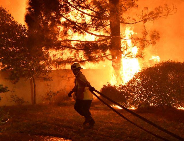 Καλιφόρνια: Μακριά από τις εστίες τους 50.000 άνθρωποι εξαιτίας της πύρινης λαίλαπας | tovima.gr