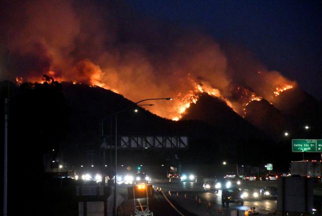 Καλιφόρνια : Έφτασε στις «ακριβές» συνοικίες η φωτιά | tovima.gr