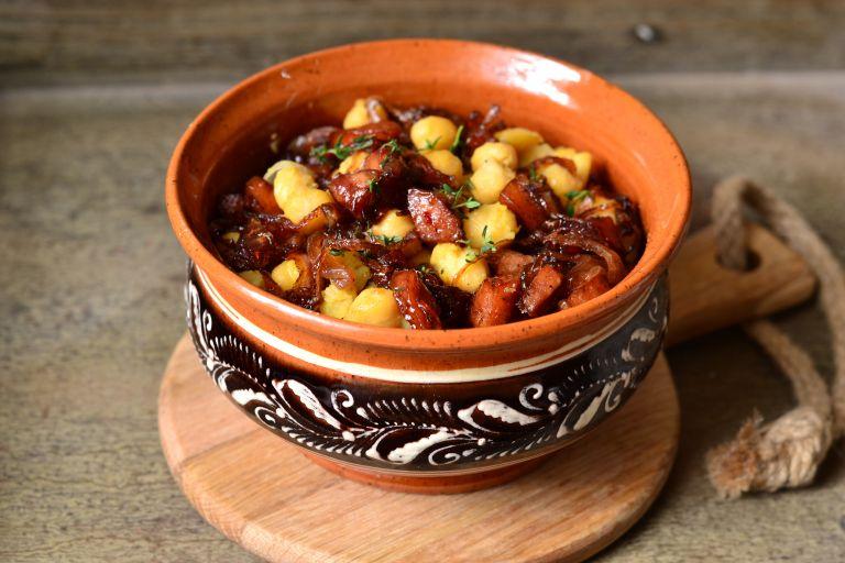 Ρεβίθια με καραμελωμένα κρεμμύδια | tovima.gr