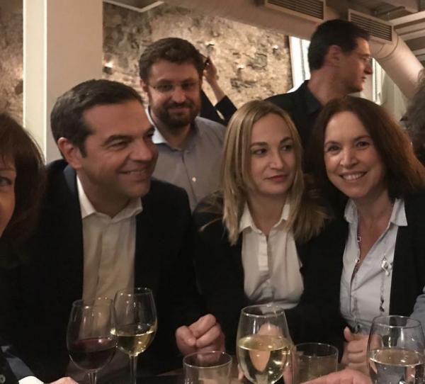 Χαλαρό ποτό και… selfies για Τσίπρα με νέους βουλευτές   tovima.gr