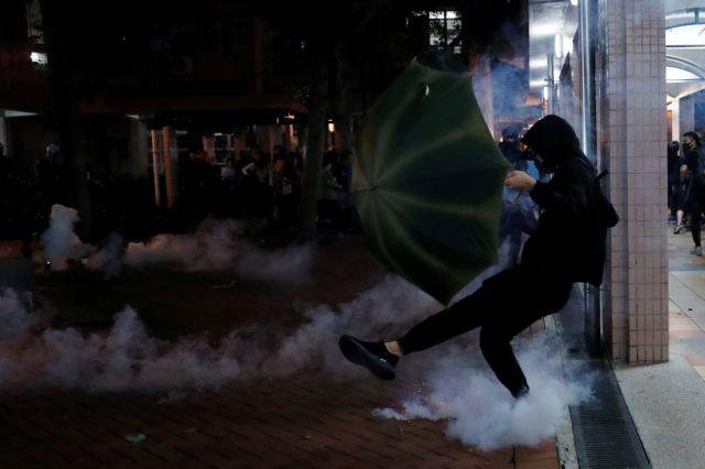 Χονγκ Κονγκ : Επίθεση με μαχαίρι σε βουλευτή που τάσσεται υπέρ του Πεκίνου | tovima.gr