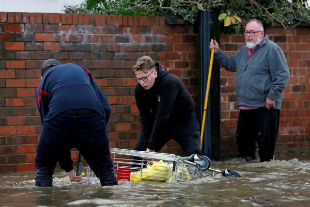 Βόρεια Αγγλία : Πλημμύρες και εκκενώσεις περιοχών – Μια νεκρή | tovima.gr