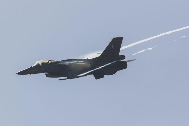 Επίδειξη μαχητικών αεροσκαφών στον Φλοίσβο | tovima.gr