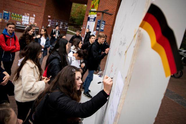Η ιστορία του «αν» στο τείχος του Βερολίνου | tovima.gr