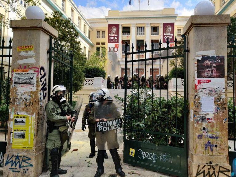 Τα ΜΑΤ μπήκαν στην ΑΣΟΕΕ – Επεισόδια και δακρυγόνα | tovima.gr