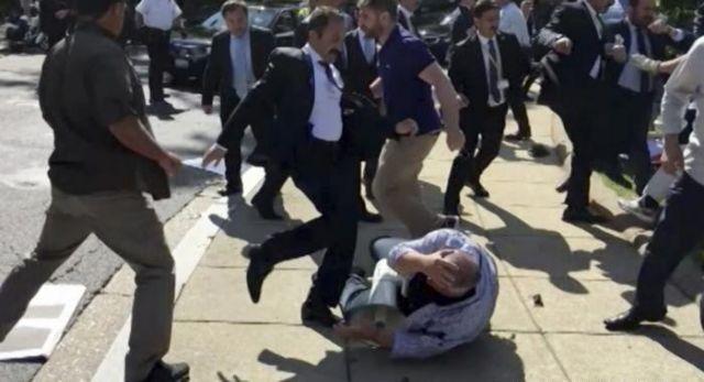 ΗΠΑ: Η φρουρά Ερντογάν επιτέθηκε σε διαδηλωτές υπέρ των Κούρδων | tovima.gr