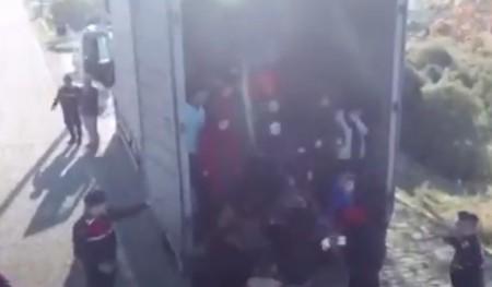 Η στιγμή που 82 προσφυγόπουλα βγαίνουν από φορτηγό-ψυγείο στην Τουρκία | tovima.gr