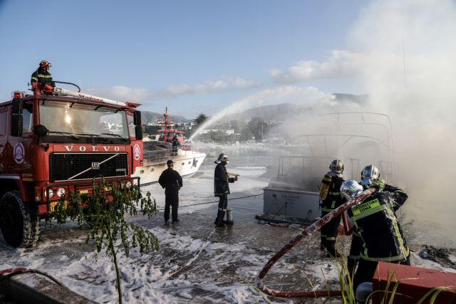 Μαρίνα Γλυφάδας: Φωτιά σε σκάφη – Γυναίκα πήδηξε στο νερό για να σωθεί   tovima.gr