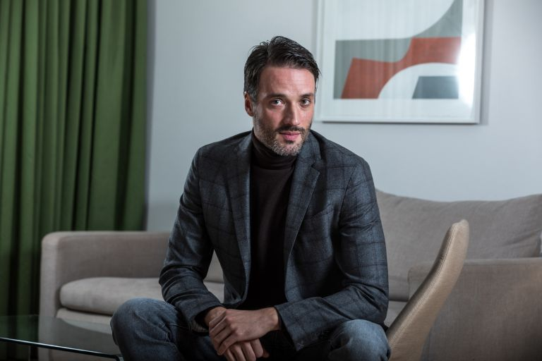 Aνδρέας Κωνσταντίνου: «Στη σκηνή ζούμε κάτι πολύ πιο έντονο από τη ζωή μας» | tovima.gr