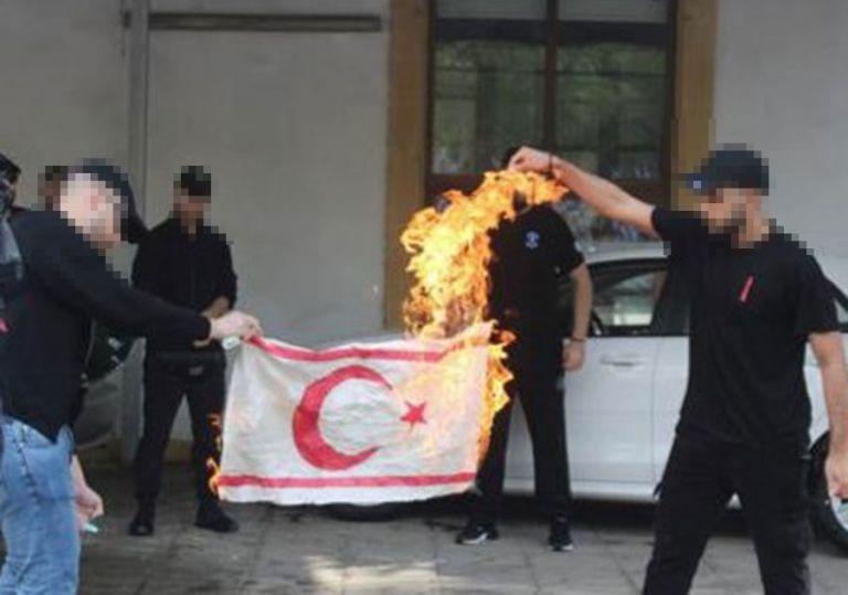 Για κάψιμο της σημαίας της «ΤΔΒΚ» κατηγορεί Ελλάδα και Κύπρο η Τουρκία | tovima.gr