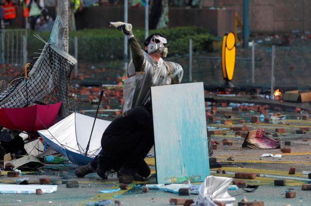 Χονγκ Κονγκ : Βέλη και μολότοφ κατά των αστυνομικών από διαδηλωτές | tovima.gr