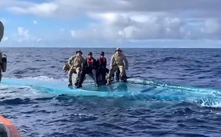 Καρέ καρέ η στιγμή που η ακτοφυλακή των ΗΠΑ «μπουκάρει» σε υποβρύχιο γεμάτο κοκαΐνη | tovima.gr